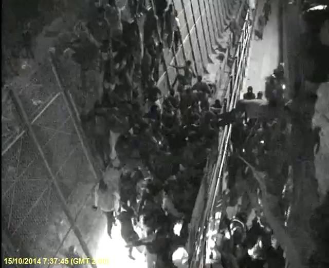 1413450761 862339 92838700 fotograma 2 - Una ONG muestra cómo la Guardia Civil golpea a un inmigrante en Melilla